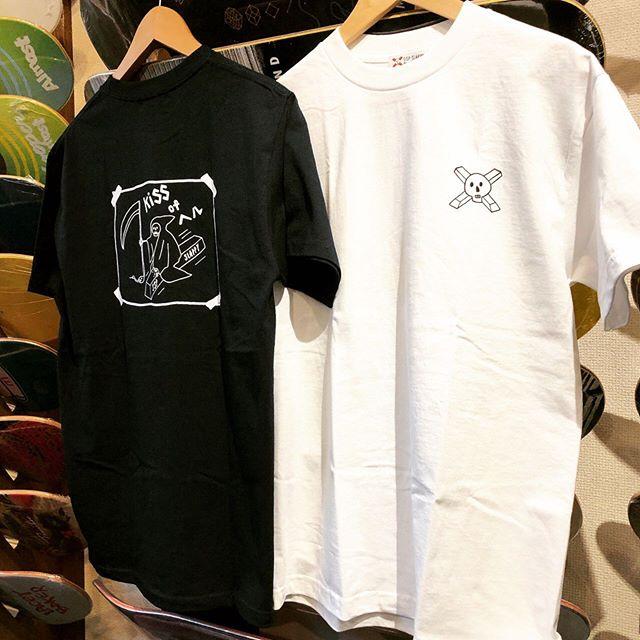 @ssp_slappy より待望の新作Tシャツが入荷です!今回はホワイトとネイビーのKISS of ヘル TEEとホワイトとイエローのMIM TEEでございます。KISS of ヘル TEEはフロントにワンポイントとバックに死神グラフィックのプリントが施されております。MIM TEEは浅草の緑道會のアーティスト、MIM氏によるグラフィックのTシャツとなっております。どちらのTシャツも首後ろにはブランドタグも付いております!浦安の店頭に入荷しておりますので、ご来店の際はチェックしてみてください!WEBの更新は少々お待ちください。どちらのTシャツもM,Lサイズで3.800円に消費税でございます。#instantskateshop#instanturayasu#skateshop #ssp#sspslappy