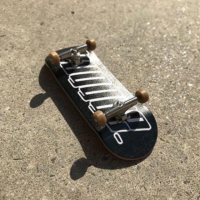 ・3/30(月)発売 Buggyeからこれぞ本物!指スケが発売されます!!Buggye fingerboard ¥6800+tax本物のスケートボードに近づけるためにトラックの硬さを調節できるロックナットを使用。ウッド製のデッキに幅が太めの34ミリ長さ短めシェイプ、デッキテープは指にしっかりと食いつくリップテープを。ウィールはベアリング入りでF4をイメージした白、指スケの定番イエローの2色からお選び頂けます。外室しづらいこのご時世、イメトレや気晴らしなど、どこでもスケートボードを楽しんでもらえるようにと思いを込めたこのBUGGYE FINGERBOARD、是非一家に一台どうでしょう皆さん、滑る前はしっかり指の体操、ストレッチを忘れずに!#buggye #instanturayasu #instantskateshop #skateshop