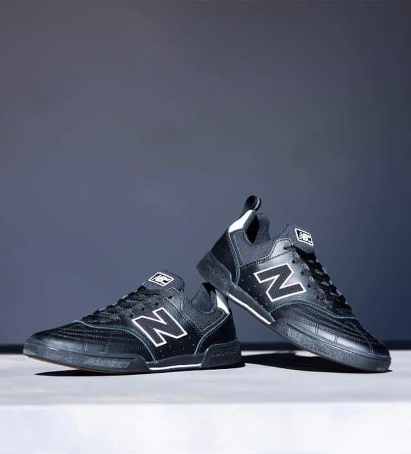 @nbnumeric 【NM288S】サッカーモチーフのLIFESTYLEモデル「288」をベースに、ニューバランスの多彩なテクノロジーを融合しスケートボード仕様で展開する「NM288」がスポーティーに進化した「NM288S」。耐摩耗性を向上したシームレスな爪先部、心地よくフィットするブーティ構造アッパー、衝撃吸収性に優れたミッドソール、踵部の耐久性を高めたフラットなアウトソールがボードフィールを向上しパフォーマンスアップをサポートします。【Technologies】・今期はアッパー前足部にクロスステッチを施したレザーを使用し、耐久性が格段に向上。 ・クッション性の高いC-CAPを採用・全方位的に考察された新しいソールパターンは高いグリップ力を向上・衝撃吸収力と快適性の高いOrtholite インソール採用・耐摩耗性に優れたNduranceを最適箇所に配置・ソリッドラバー#nbnumeric #nbnumericjapan #nm288