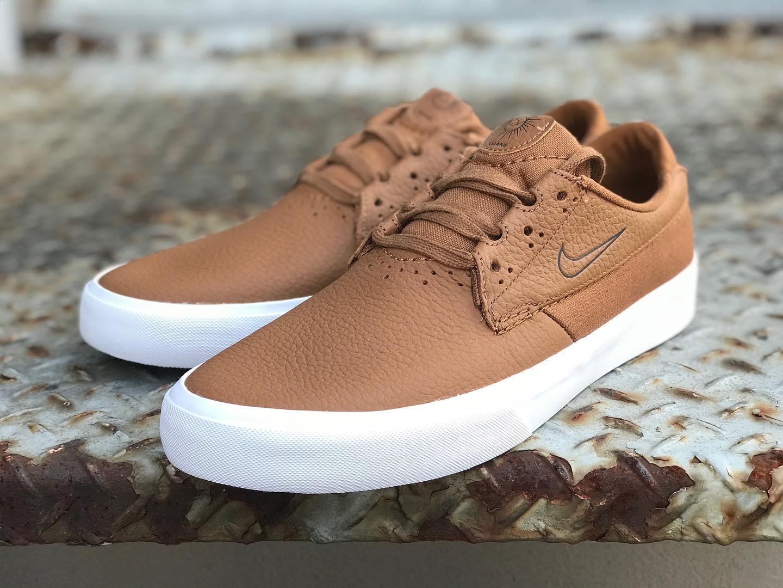 "@nikesb Nike SB / SHANE Premium L@shanejoneill のシグネシチャーモデル""SHANE""から、足元をより上質に魅せてくれるレザー仕様のプレミアムな一足が登場。ヒールにはズームエアを搭載し高反発なクッション性を実現。独自のシューレースシステムはギリーループを用いて紐切れを防いでくれます。"
