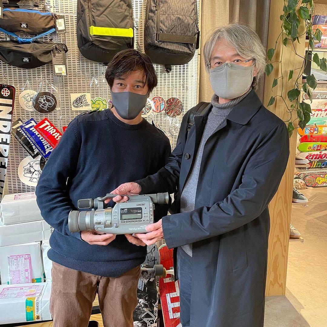 スケートボードの歴史にVXあり #repost @instantshom・・・SONYの名機VXのプロダクトデザイナーの片岡さんとNikeSBの小杉くんと渋谷でお会いできました!なんとVX初号機のVX1をお持ち頂き見せて頂きました。民生用にはじめて3CCDを搭載した革命的なモデルです。続くVX1000、VX2000-2100はスケートビデオに関わって来た人はお世話になった事でしょう!またアメリカ行く人に頼み込んで買ってきてもらっていたSONY SPORTSも片岡さんの作品です。#sony #vx #camcorder #skateboard #skateshop #i25tant #instantskateshop