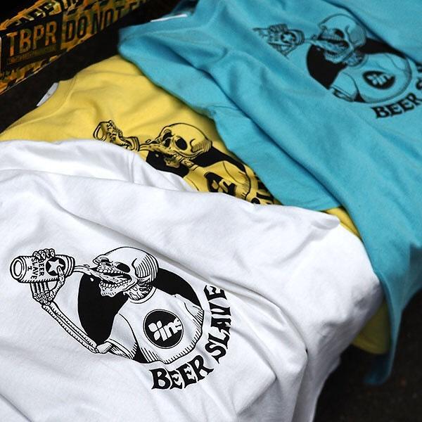BEER SLAVE / Instant Teeビールをこよなく愛するスケーターのユウキ君がデザインからプリントまでひとつひとつ手作業で制作するBEERSLAVE( @beerslave )とのコラボTシャツとコラボクージーが発売中。WEB STOREをチェックして下さい5/9まで @instant_kichijoji にてPOP UPも開催中です。