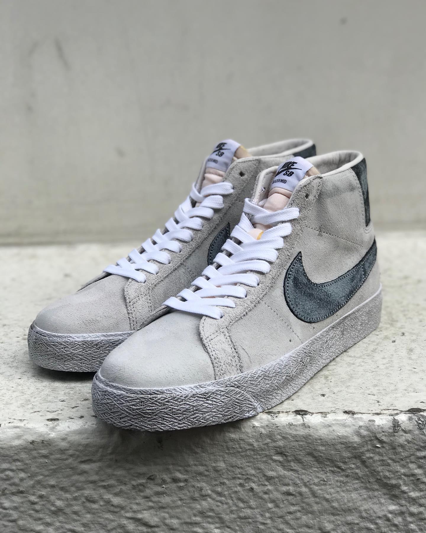 @nikesb Nike SB / Zoom Blazer Mid PremiumNikeの定番シューズBLAZERを現代のスケートボーダーのニーズに応えるモデルにアップデート。Zoom Airクッショニングと柔軟なラバーアウトソールが抜群の接地感とトラクションを実現しています。こちらは特別な素材や意匠を施されたプレミアムモデルで、特殊な加工がされたスエードは長年履いてきたスニーカーをイメージした仕上がりとなっております。