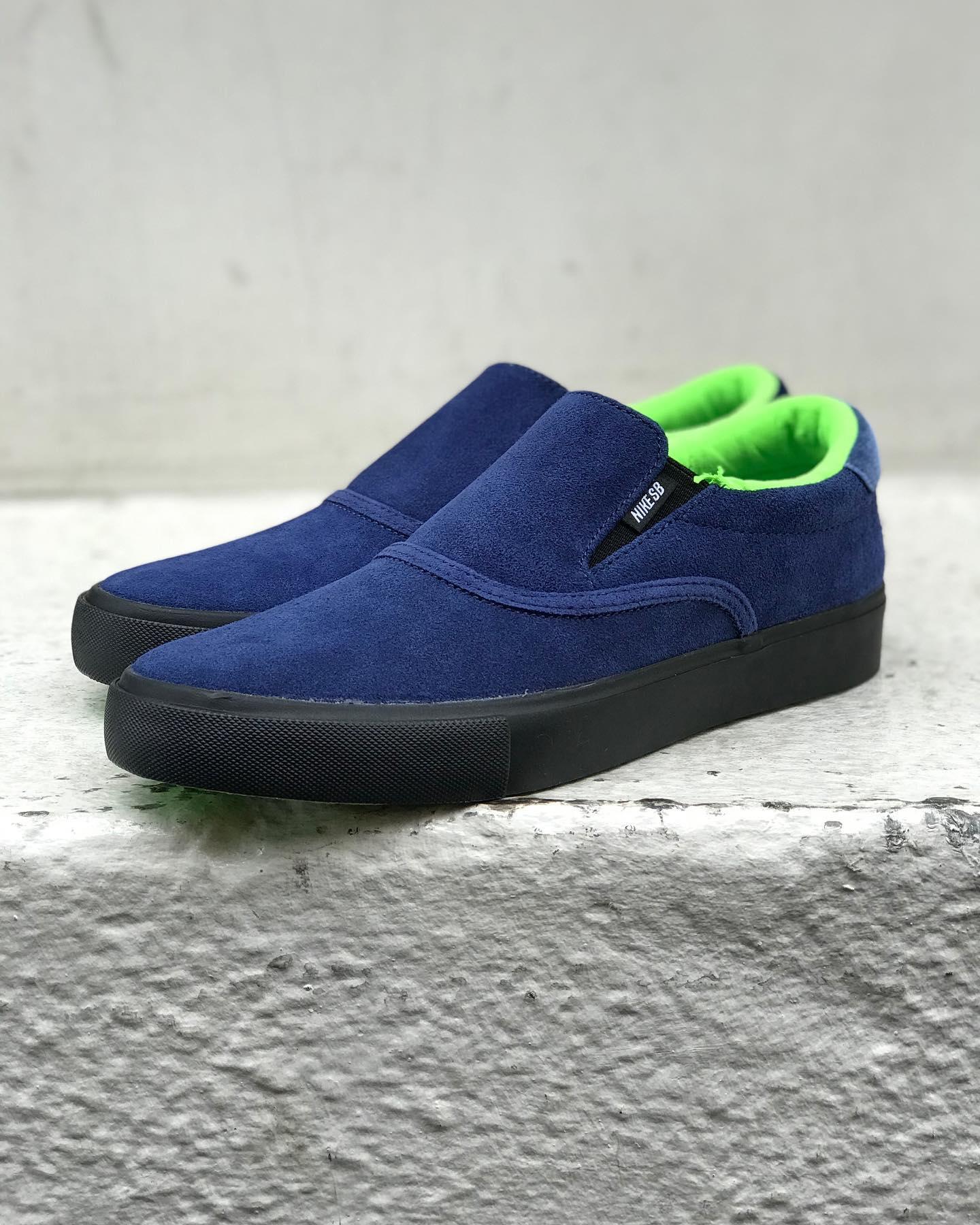 @nikesb x @leo_baker Leo Baker x Nike SB / Zoom Verona Slip耐久性に優れたスエード素材と快適なクッション性のある履き口を採用するNike SBのスリップオンモデル「ベローナ」。かつてないほど柔軟なアウトソールが履き慣らしたようなフィット感を提供。新品でもすぐにスケートボードを楽しめる一足となっております。こちらはNIKE SBチームライダー、レオ・ベイカーによるモデル。2020年、Cher Strauberry、Stephen Ostrowskiらと「Glue Skateboards」を立ち上げたLeo。Glueでもイメージカラーとして使われている鮮やかなグリーンのアウトソールをはじめ、インソールのデザインなど全てをLeo自身が手掛けています。