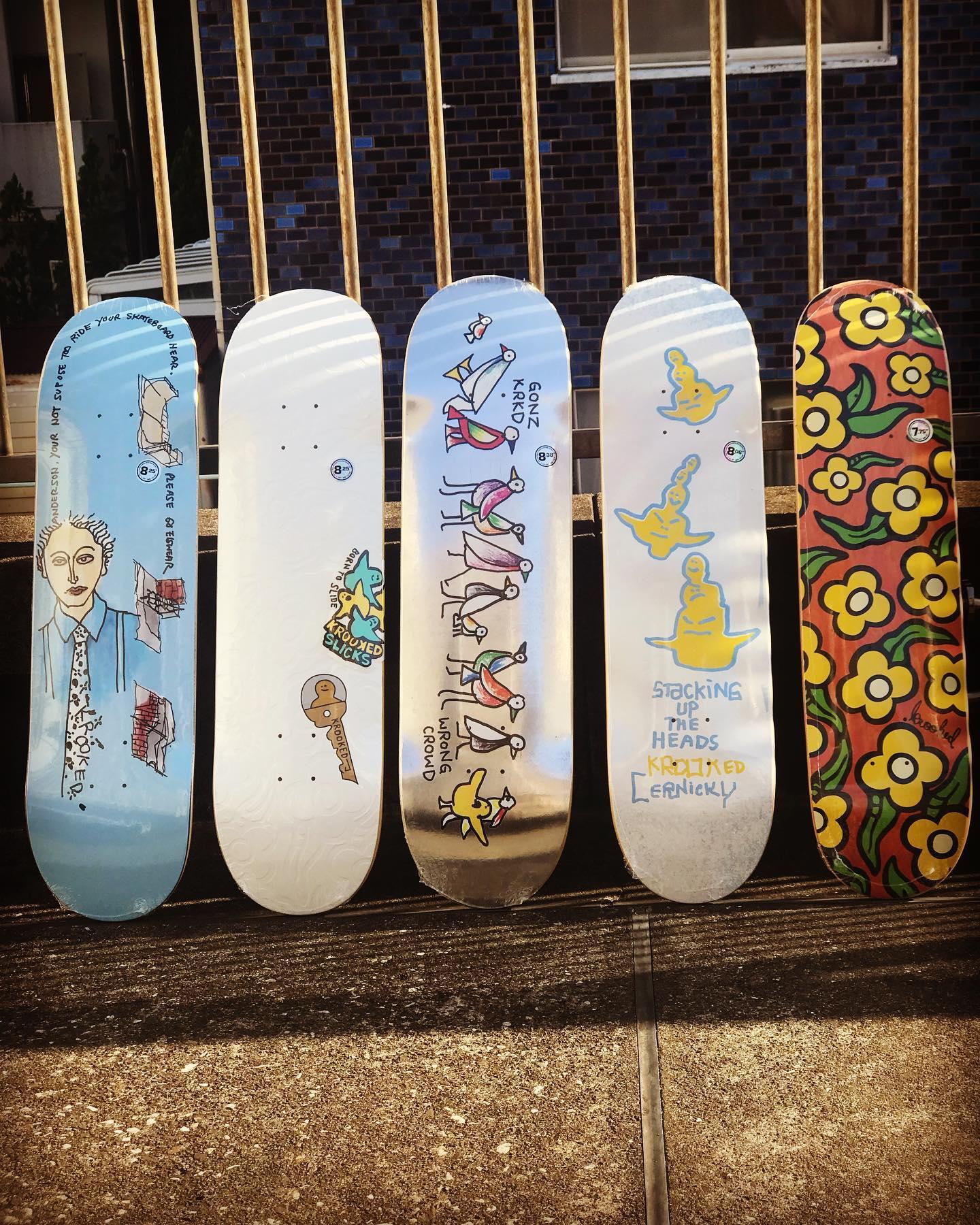 """・New @krooked decks.レジェンドスケーターMark Gonzalesが2002年に立ち上げたスケートカンパニー""""KROOKED/クルキッド""""。スケーターとして一時代を築きアーティストとしても絶大な支持を集めるゴンズが手掛けるデッキブランド。"""