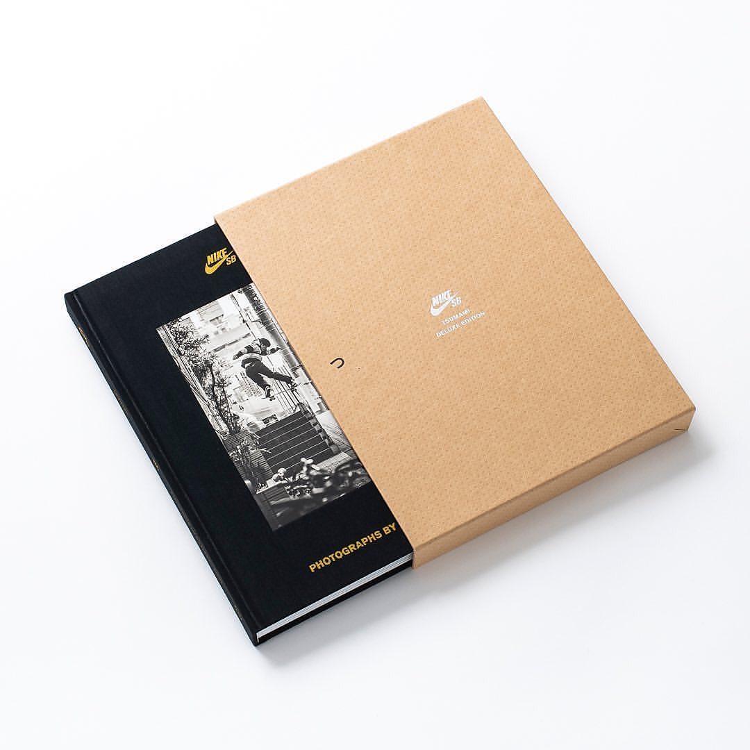 """【本日発売】『TSUMAMI : つまみ』この写真集は、2019年2月から2020年3月頃まで、NIKE SB Japanのスケーターたちを井関信雄氏が撮影した写真を納めたものです。スケートボーディング写真やオフショット写真、風景写真など様々な写真を掲載しており、それらはNIKE SBから発表されている映像『WAMONO(和モノ)』、『CITY POP』と同時期に記録されたものです。収録しているスケーターは、池 慧野巨、戸倉大鳳、森中一誠、堀米雄斗、白井空良、奥野健也、本橋 瞭、北詰隆平という日本を代表する8名を中心に、ゲストスケーターを数名掲載しています。世界を股にかけて活躍する日本のスケーターたちの、ストリートで行われるリアルな日常のライディング写真をぜひお楽しみください。""""TSUMAMI""""Photographer : NOBUO ISEKISize : W205 x H270mmIntroduction : Nino MoscardiAfterword : NOBUO ISEKITranslation : Masafumi Kazitani, Takashi MatsumotoPage : 304pages,Binding : Hard Cover (Upholstered, embossed, photo pasted, foil stamping)Publisher : HIDDEN CHAMPION INC.Skaters:KEYAKI IKETAIHOU TOKURAISSEI MORINAKAYUTO HORIGOMESORA SHIRAIKENYA OKUNORYO MOTOHASHIRYUHEI KITAZUMEand more@nikesb @nikesbdojo @hidden_champion #nikesb *当店取り扱いの商品は限定店舗での発売となる「ブラックカバー」仕様です。*WEB STOREはプロフィールからリンクできます"""