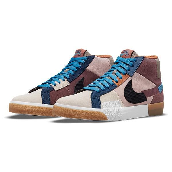 @nikesb Nike SB / Zoom Blazer Mid Premiumバルセロナのコミュニティーアートより着想を得たデザインで、かかとに配したカラフルな刺繍のロゴや、ミスマッチのスウッシュでデザインをグレードアップ。スウェードやレザー、キャンバスなどの様々な素材をコラージュした凝った仕様の一足となっております。Nikeの定番シューズBlazerを現代のスケートボーダーのニーズに応えるモデルにアップデート。フォームインソールにはZoom Airユニットをかかとに配し、柔らかく弾むような履き心地を実現。ソールとアッパーをつなぐ加硫構造により、足になじむ柔軟な履き心地です。 ラバーソールが優れたグリップ力を発揮します。