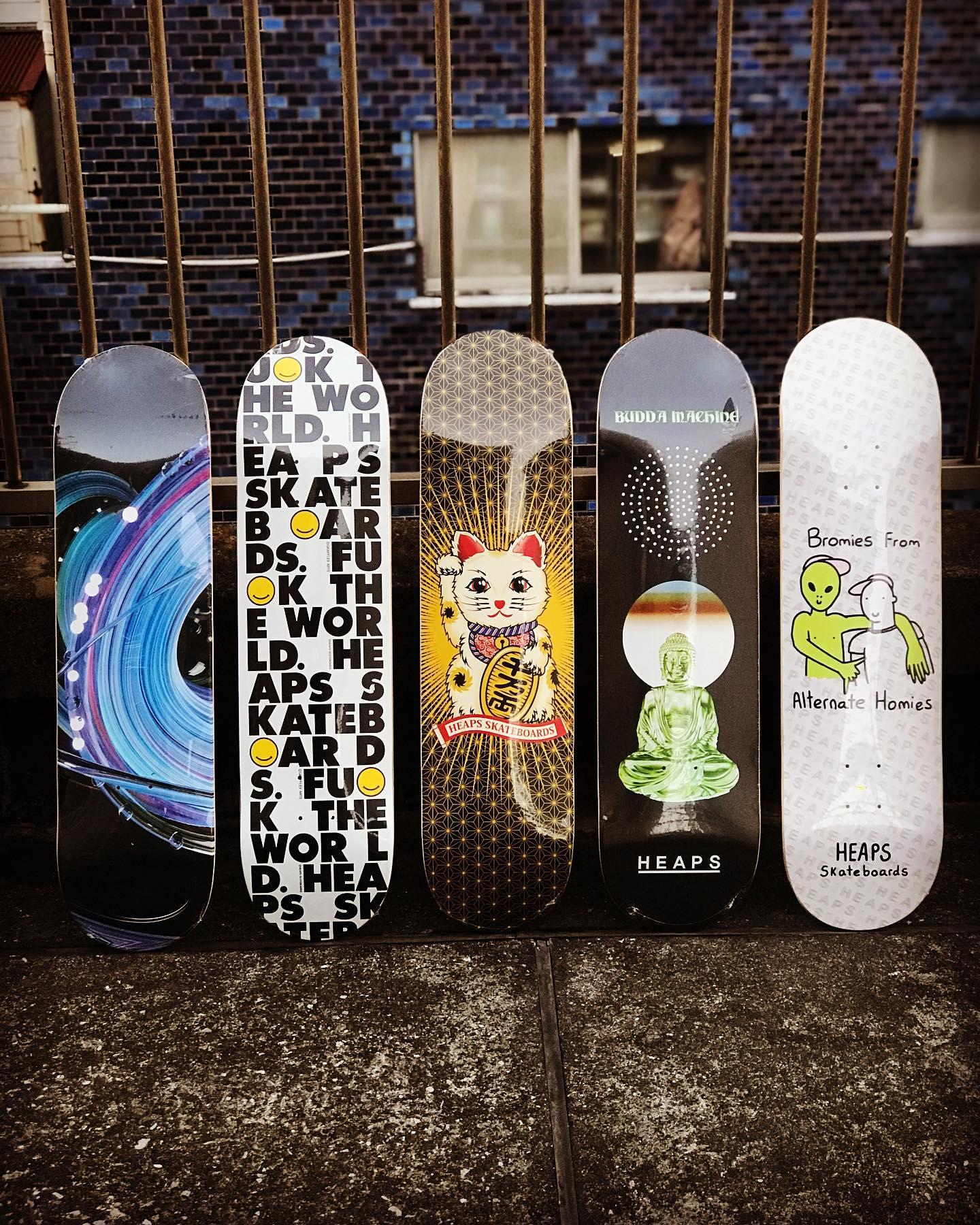 "・New @heaps_skateboards decks.韓国発スケートボードカンパニー""HEAPS""。ブランドを手掛けるShin Jeong-hyukとInstantは旧知の仲で、Instantライダーの @masatomofujiwara & @raito.nema もライダーとして名を連ねています。中央の招き猫のグラフィックはローカル @nob_honeyanddeath デザインです。日本ではごく限られたショップのみで取り扱いとなっております。"