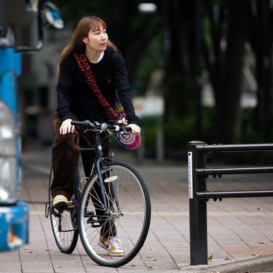 @bandctokyo B&C / BATシティーライフをテーマに気軽に背負ってスケートに行けるバンドです。 パンクした自転車のチューブを再利用する事でゴミを減らし、 スケートボードに取り付けると両手が空くので海外旅行や電車や旅に最適です。 B&CとはBandとCityの掛け合わせになります。B&Cのトレードカラーのオレンジと黒のコウモリカラー🦇