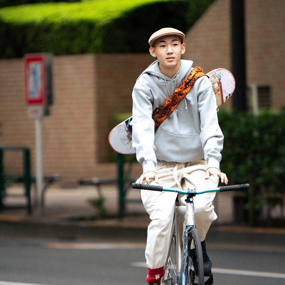 @bandctokyo B&C / ORANGE CAMOシティーライフをテーマに気軽に背負ってスケートに行けるバンドです。 パンクした自転車のチューブを再利用する事でゴミを減らし、 スケートボードに取り付けると両手が空くので海外旅行や電車や旅に最適です。 B&CとはBandとCityの掛け合わせになります。オレンジが映えるナイロン素材のカモ🟠